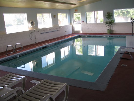 West Valley City, UT: Pool and lounge chairs