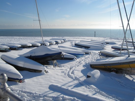 Bexhill-on-Sea, UK: Bexhill beach in winter