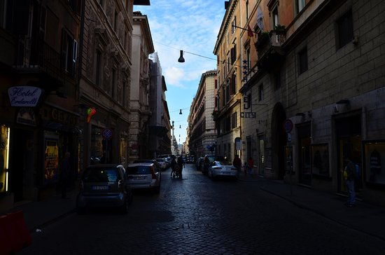 City Hotel: Otelin bulunduğu sokak. Karşıda anıtın bulunduğu meydanın sağı İspanyol Merdiveleri
