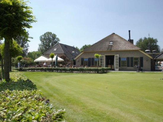 Wijchen, The Netherlands: This is the club house with the practice putting green