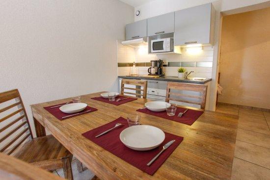 Figanieres, France: Salle à manger et cuisine