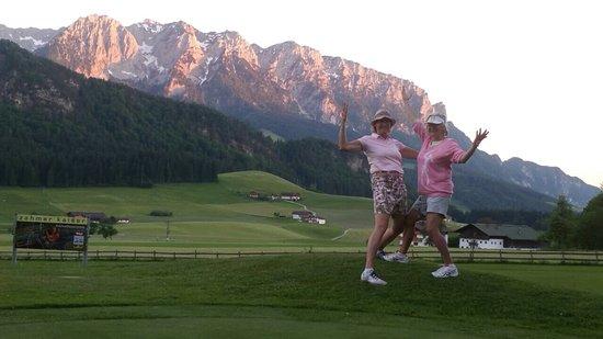 Golf-und Sporthotel Moarhof: Am Golfplatz bei Sonnenuntergang vor dem Zahmen Kaiser!