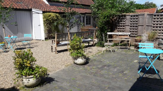 Stradbroke, UK: Indoor and outdoor seating with lots of free parking at rear.
