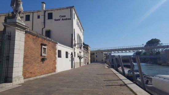 Casa Sant'Andrea: hôtel face au canal avec arrêt de vaporetto juste en face