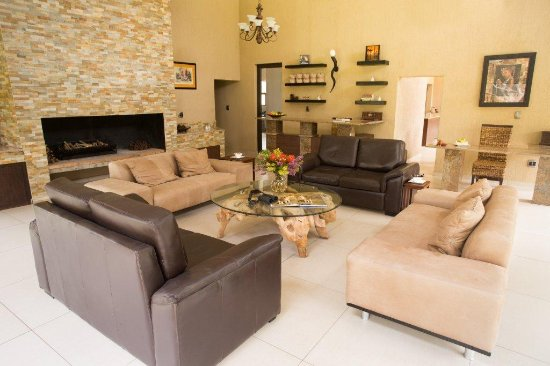 Cullinan, Sydafrika: Lodge lounge and Fireplace