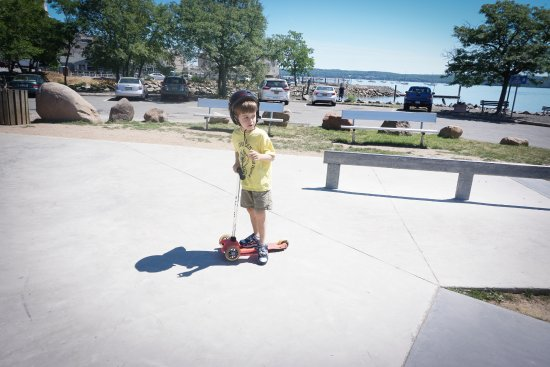 Nyack, Nova York: Take your kids to the awesome skate park to skate or scoot!