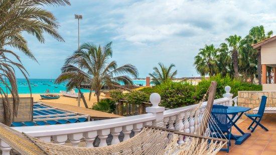 Sal Beach Club B&B: terrace with sunbeds looking onto beach