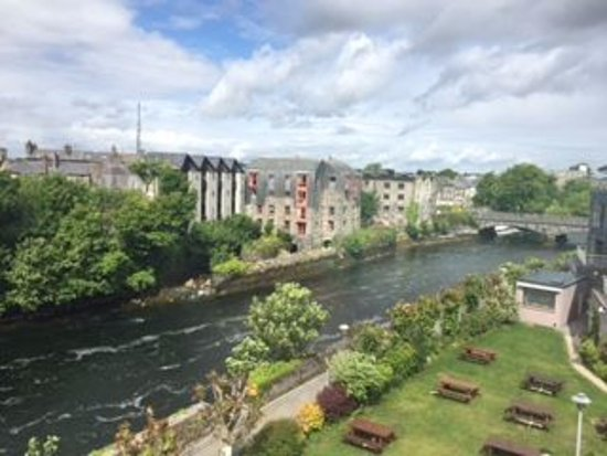 Jurys Inn Galway : View from our room . River Quay . You could enjoy looking out and see the tide changes and walkw
