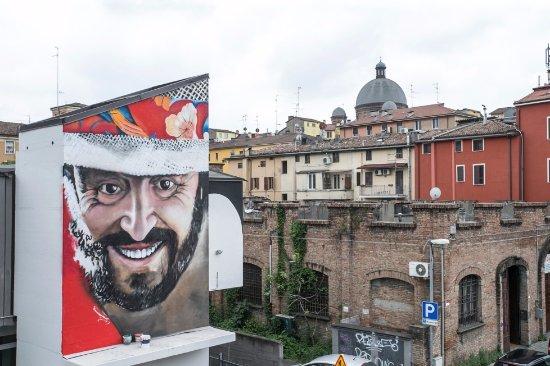 Murale a Luciano Pavarotti