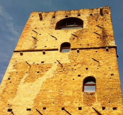Chions, Italy: I buchi nella facciata !