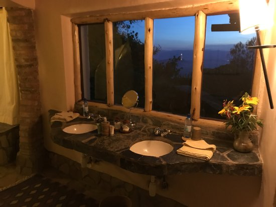 Virunga Lodge: View out the bathroom sink window
