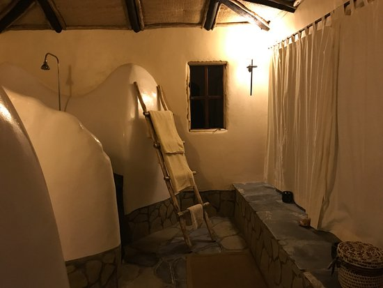 Virunga Lodge: view towards the toilet and shower alcoves