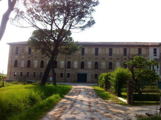 Chions, Italia: Imponenza dell'Edificio .....