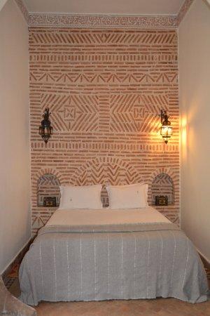 Riad Les Trois Palmiers El Bacha: cama de la suite Saaddianne