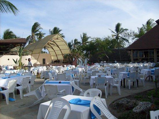 Amani Tiwi Beach Resort: Przygotowania do kolacji przy basenie.