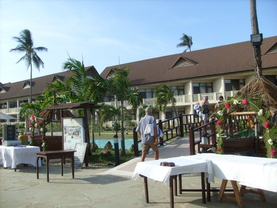 Amani Tiwi Beach Resort: Widok na hotel, mostek przez rzeczkę płynącą wzdłuż całego terenu.