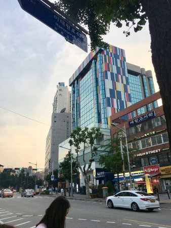 Imperial Palace Boutique Hotel: Stylish front, stylish sculptures right on Itaewon