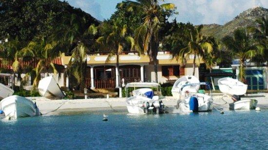 Posada Macanao Lodge: Vista de la posada desde el mar.