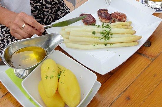 Zeil am Main, Germany: Spargel mit Schweinelendchen und Kartoffeln