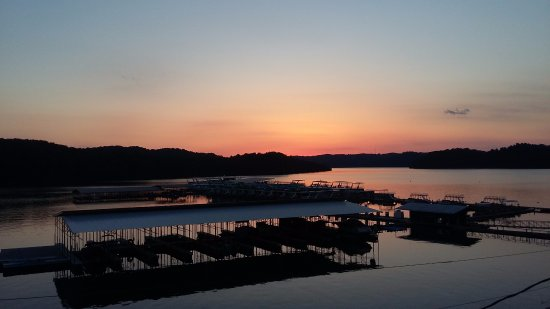 Byrdstown, Теннесси: Sunset over Eagle Cove Marina