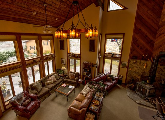 Inn on Mill Creek: Guests can relax and enjoy the views in the Great Room