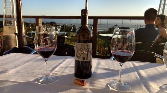 Mount Hamilton, Kalifornien: Bottle of wine and the view from our table