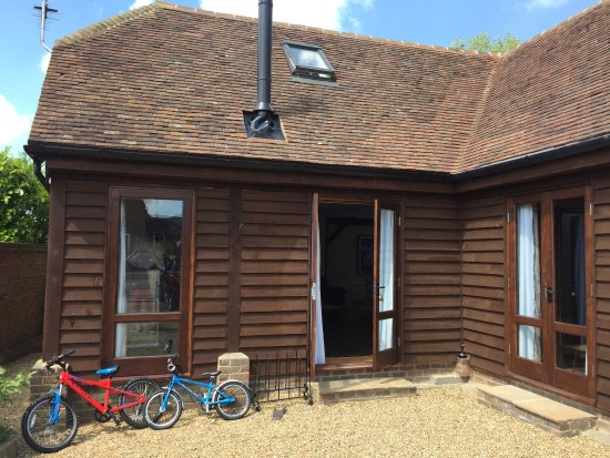 Etchingham, UK: Our lodge and views of the grounds at new house farm