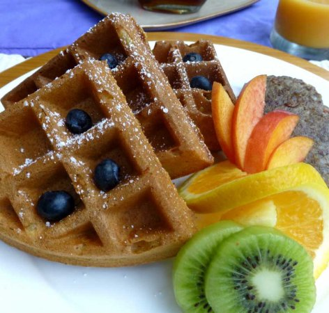 Old Fort, Carolina del Nord: Breakfast is served with Dave's pumpkin belgian waffles