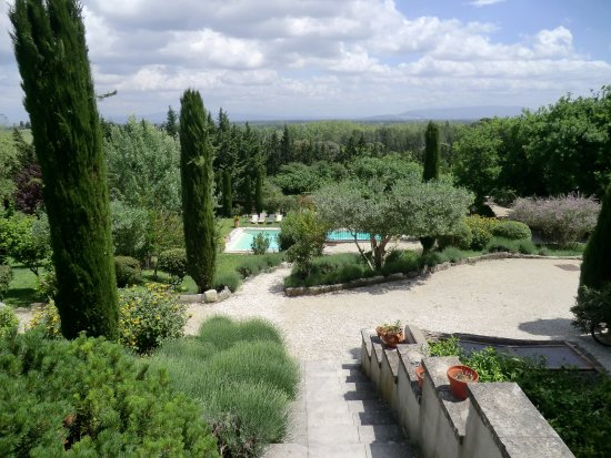 Noves, Francia: Espace jardin avec piscine