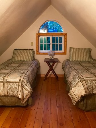 Traleika Mountaintop Cabins: twin bedroom at Sultana Cottage
