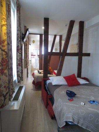 chambre en enfilade avec 2 lits 2 t l visions et la salle de bain au fond avec baignoire. Black Bedroom Furniture Sets. Home Design Ideas