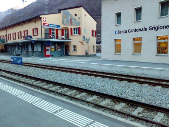 Brusio, Swiss: Das Hotel liegt in einem Gebäude direkt nebem dem Bahnhof (unten ist eine Bank drin)
