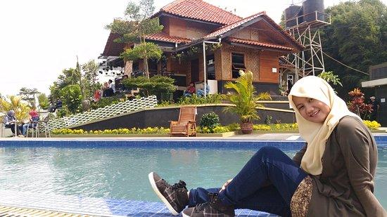 merupakan pariwisata baru di tasikmalaya, villa cantik di atas gunung, udara yang  sejuk