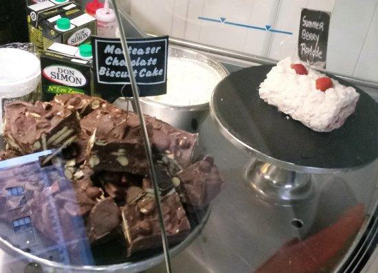 Drogheda, Irlanda: malteser cake and summer berry roulade