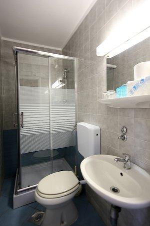 Silo, Hırvatistan: Bad mit Dusche und WC