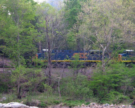 Erwin, Теннесси: The trains run by the river across from the campground