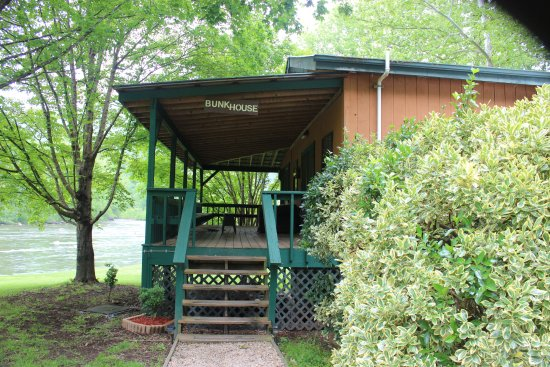 Nolichucky Gorge Campground: Bunkhouse has kitchen facilities and lots of beds