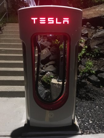 Parry Sound Inn and Suites: Tesla Superchargers are available!