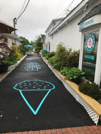 Westhampton Beach, Νέα Υόρκη: Follow the Turquoise Ice Cream Cone down the Alley Behind Baby Shock for the Greatest Selection