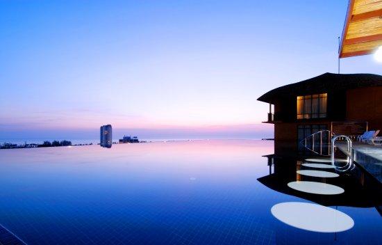 Karon Phunaka Resort: Swimming Pool - Night times