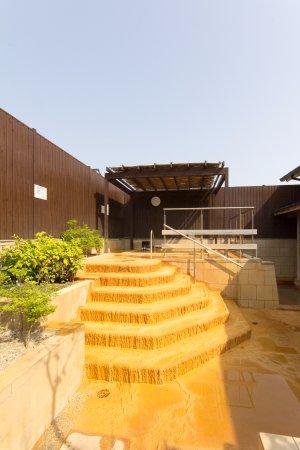 """Chikugo, Japan: 温泉成分""""マグネシウム・ナトリウム炭酸水素塩泉""""が固まって鍾乳洞のように付着した""""石灰華""""がいたる所で見られます。"""
