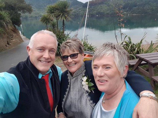 Lochmara Lodge - Wildlife Recovery and Arts Centre: Happy Couple & MC