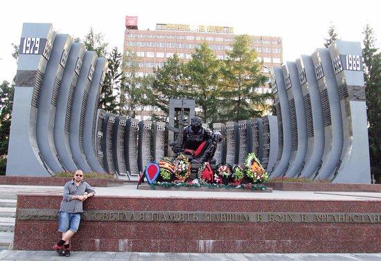 Памятник черный тюльпан в екатеринбурге цена на гранитные памятники екатеринбург