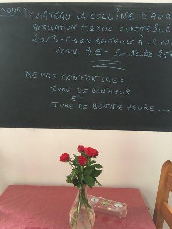 Hesdin, France: Jolie terrasse, assiettes gourmandes, très bon vin, accueil chaleureux et ... des chansons. Menu