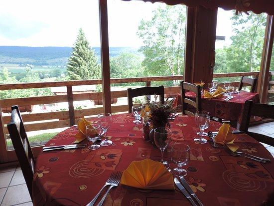 Foncine-le-Haut, Frankreich: salle restaurant vue sur la vallée