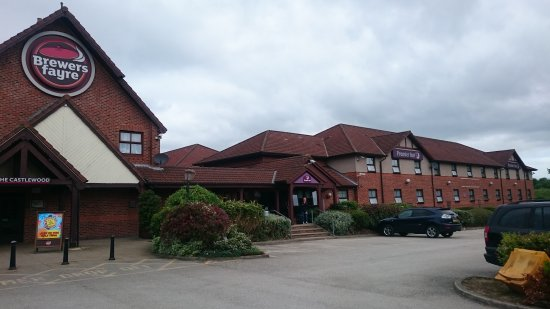 South Normanton, UK: Premier Inn with The Castlewood Pub.