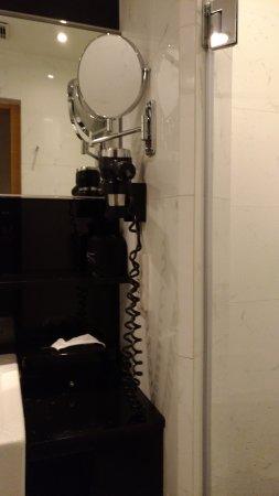 Hotel Panorama by Rhombus : 高的相當離譜的化妝放大鏡