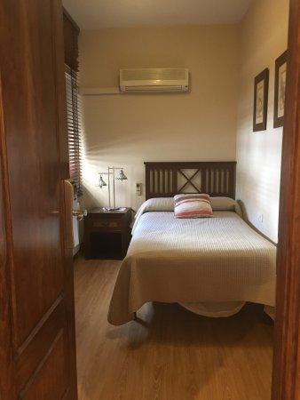 安達盧西亞酒店: 家具設施非常溫馨,床及枕頭的品質很好,距離公車站五分鐘,火車站正對面,對於搭火車前往下一站相當方便。 離舊城區走路約十分鐘,尚可接受。