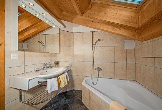 Hotel Dufour Chalet: Suite: Badezimmer Mit Eckbadewanne