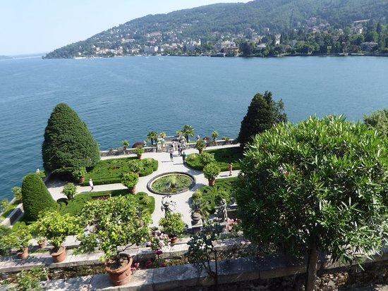 vue sur le lac et les jardin en terrasse du palais borrom e picture of palazzo borromeo isola. Black Bedroom Furniture Sets. Home Design Ideas